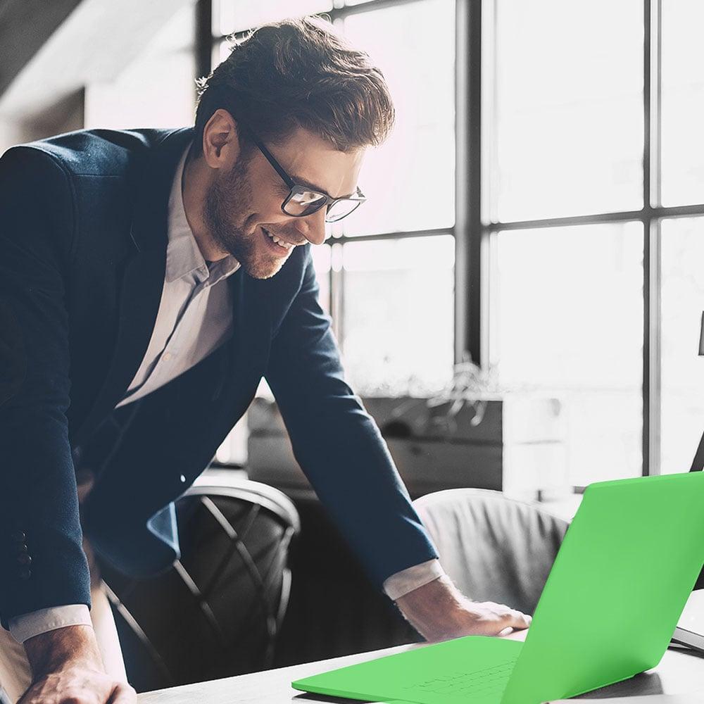 Investidor consultando seus investimentos em notebook