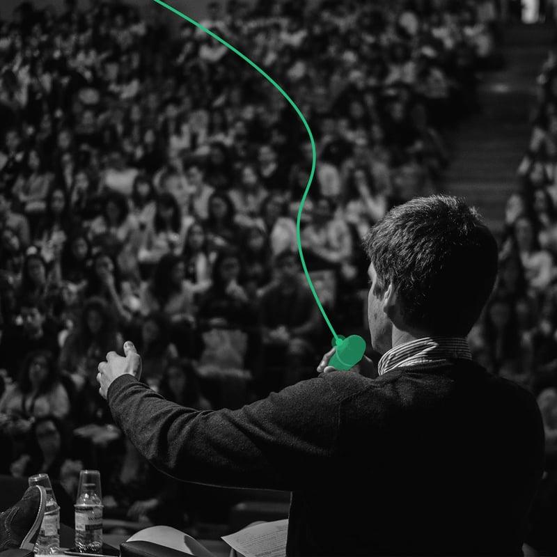 Assessor de investimentos em uma apresentação ao público