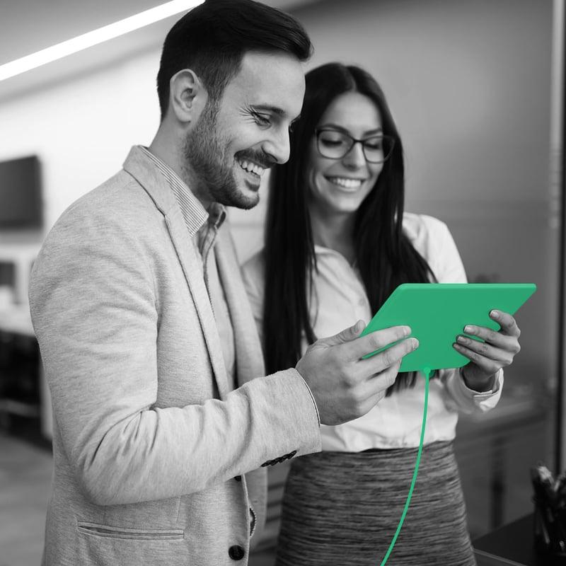 Assessor de investimentos vendo portfólio financeiro em um tablet