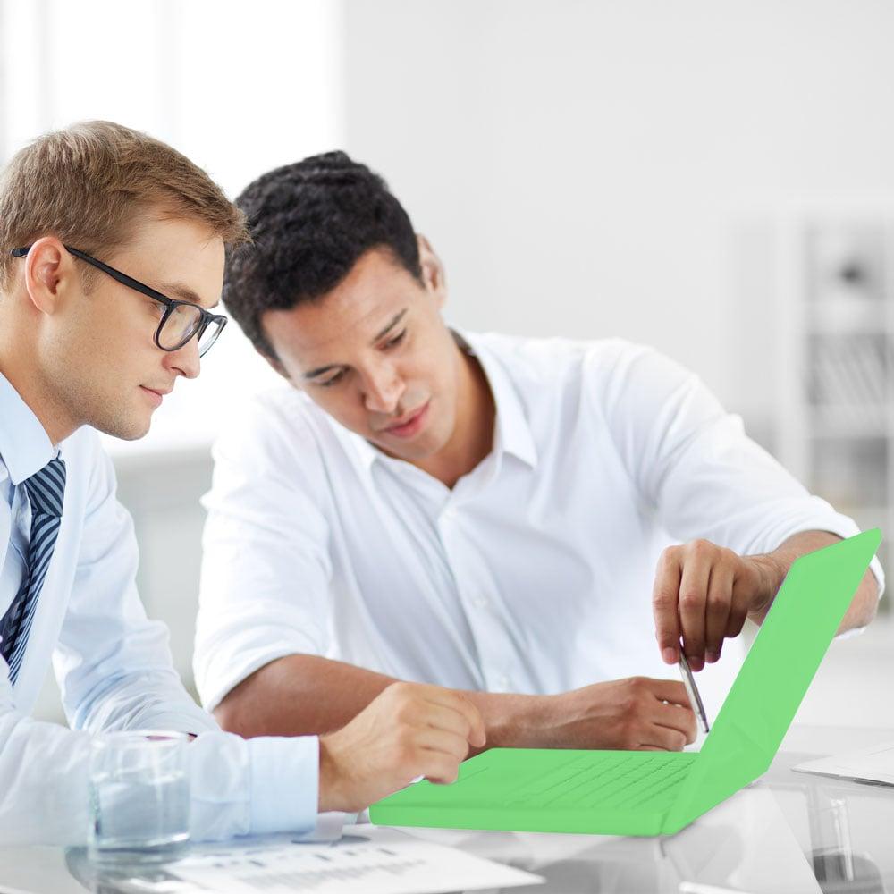 Assessor de investimentos apresentando relatório ao cliente