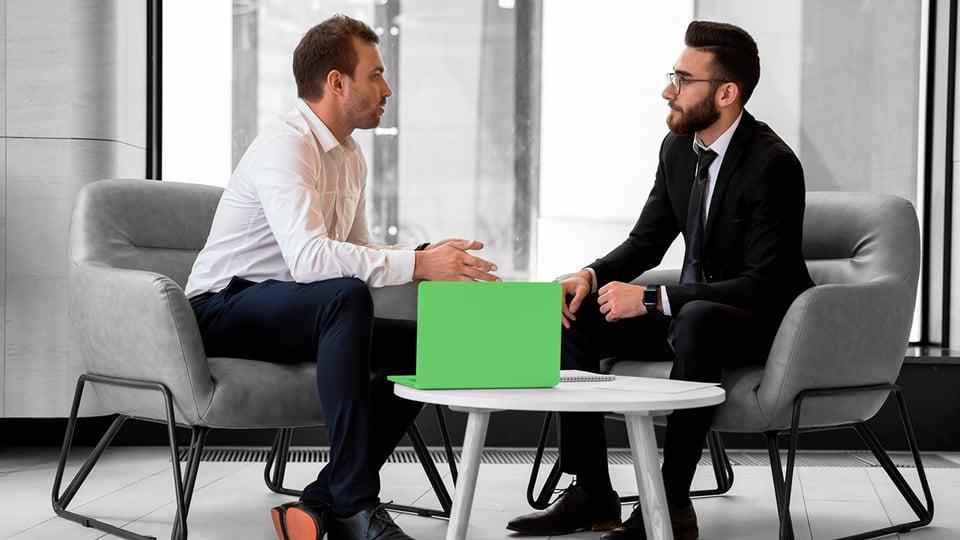 Assessor de investimentos prestando consultoria para um cliente