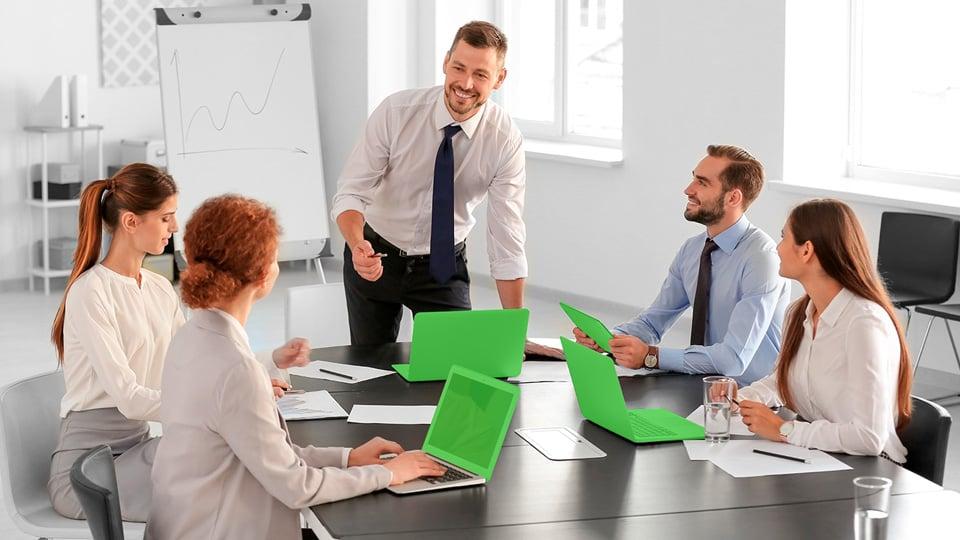 Assessores de investimentos em reunião