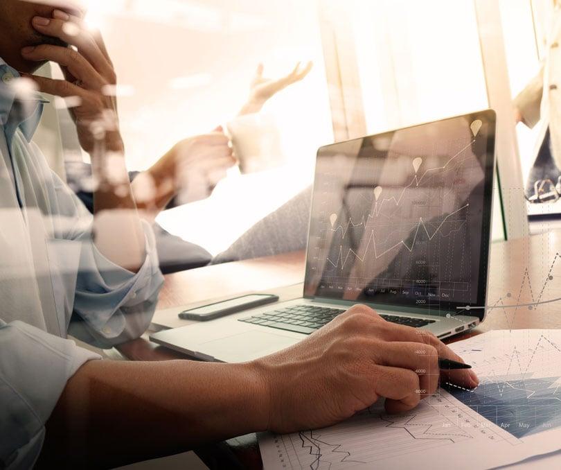 Assessor de investimentos usando plataforma de consolidação de portfólio