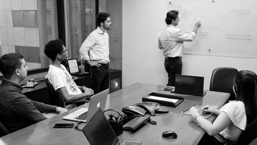 Imagem de uma reunião na SmartBrain